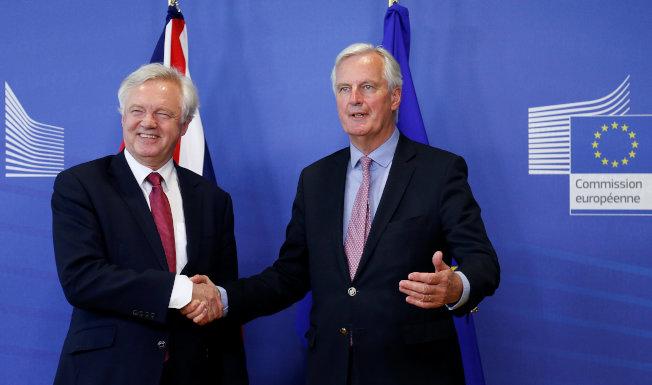 英國脫歐首席談判代表巴尼耶(右)與英國脫歐大臣戴維斯展開脫歐磋商。(路透)