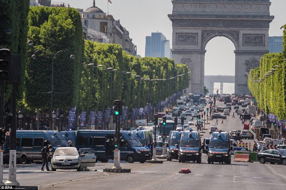 巴黎警方19日封鎖了熱點香榭麗舍大道。(歐新社)