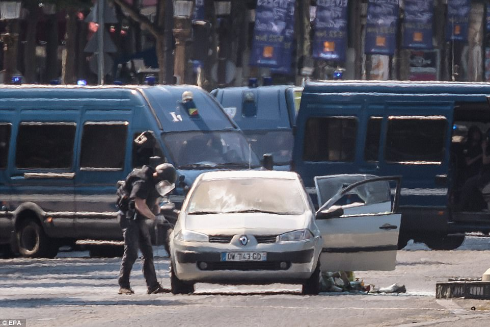 這輛白色轎車19日惡撞巴黎警車,(路透)