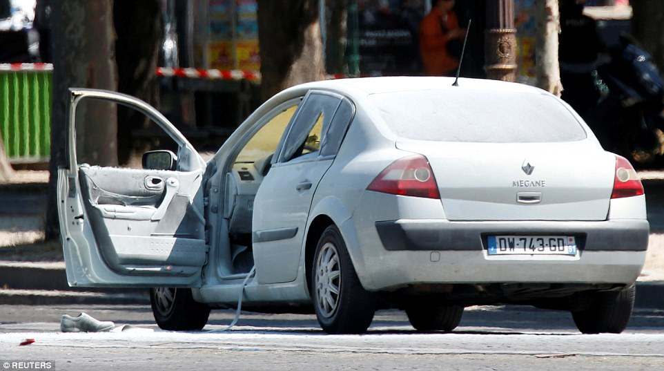 在巴黎觀光熱點香榭麗舍大道惡撞警車的轎車。(路透)