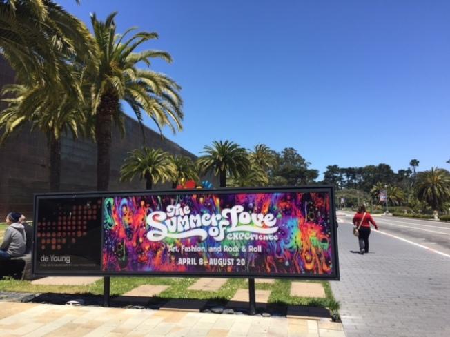 舊金山金門公園內的迪揚博物館,正在展出上一世紀60年代「夏日之愛」音樂會各種相關資料,慶祝嬉皮運動50周年。
