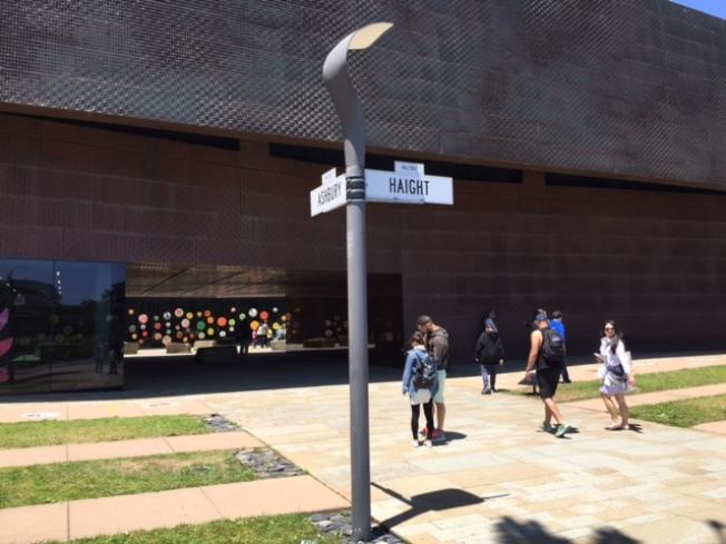 舊金山Haight和Ashbury兩條交叉的街道,是半世紀前嬉皮運動起始的「聖地」,迪揚博物館特地在館外豎立一根電線桿,重現當年「夏日之愛」的場景。