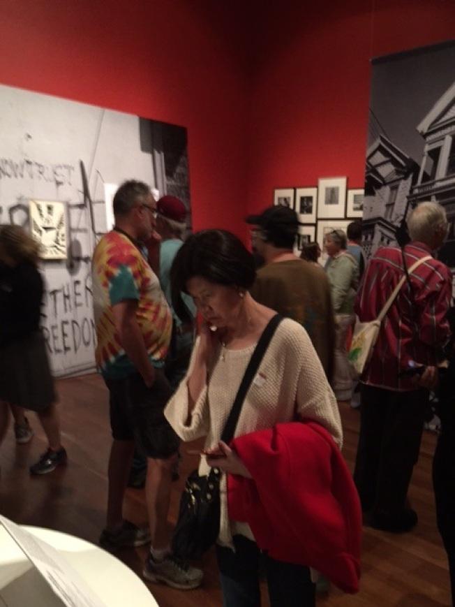 展覽場內,參觀者不分性別包括老中青三代,細看他們曾經參與或未能逢時的一場驚天動地的社會變革。