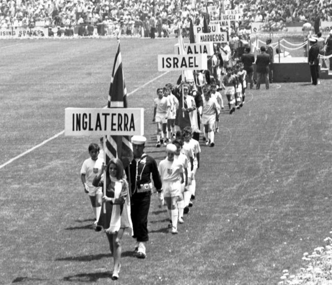1970年國際足協世界盃5月31日在墨西哥市揭幕,英國等隊伍進場。(美聯社)