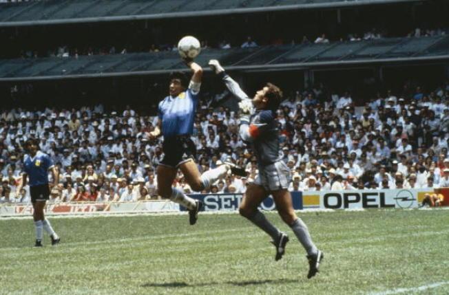 阿根廷傳奇球星馬拉度納藉著「上帝之手」(Hand of God)撥進第一球,終場以2-1淘汰英國。(Getty Images)