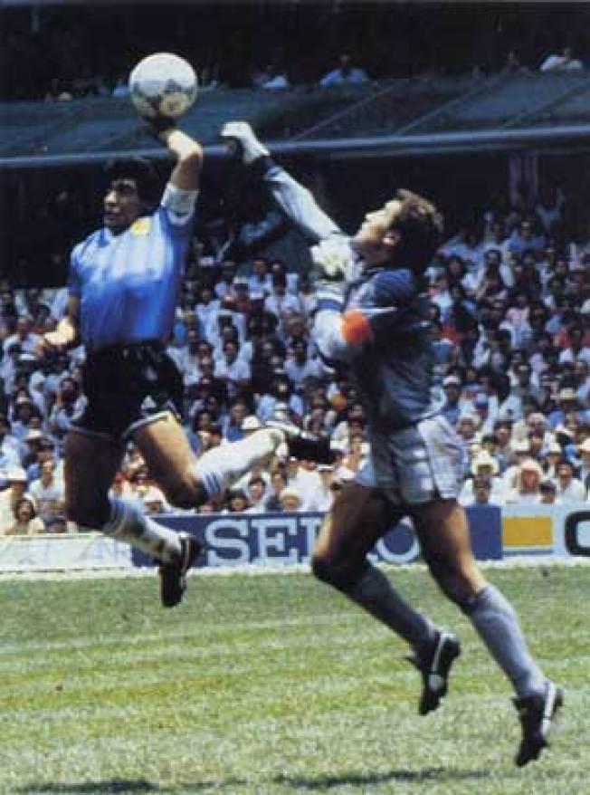 馬拉度納藉著「上帝之手」(Hand of God)撥進第一球。以2-1淘汰英國。(Getty Images)