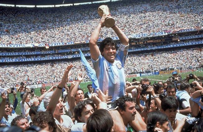 6月29日決賽,阿根廷以3-2擊敗德國隊,贏得冠軍,馬拉度納高舉著獎盃慶賀。(美聯社)