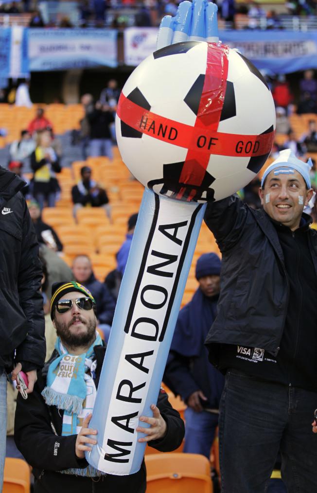 阿根廷球迷為馬拉度納助陣。(美聯社)