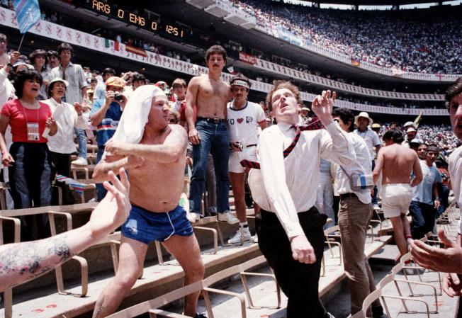 八強賽阿根廷與英國對決,觀眾席上也演出全武行。兩名英國球迷與阿根廷球迷(右)爭吵後動粗。(美聯社)