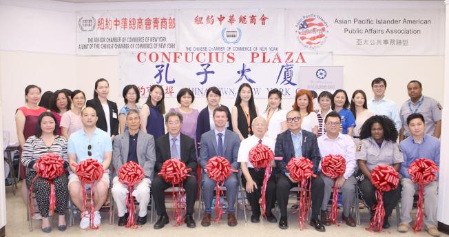 25日在曼哈頓華埠舉辦的「壽星花園療養院集團大型招聘會」上的剪綵儀式。(中華總商會提供,蘇群娟攝影)