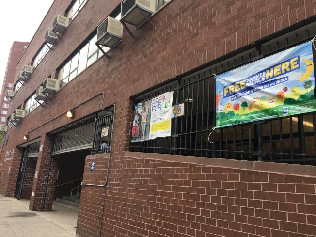 紐約市免費暑期餐計畫29日啟動,圖為華埠容閎小學發放點。(記者陳小寧/攝影)