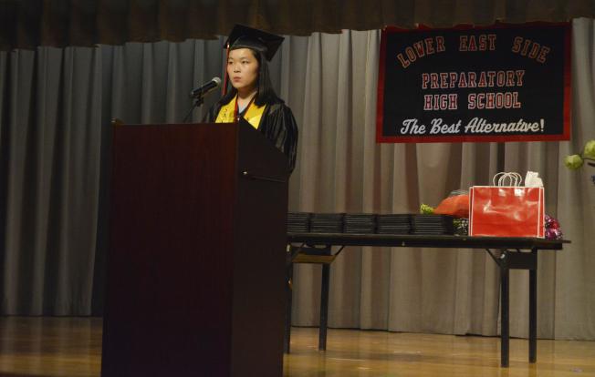 林雅玲克服語言障礙,發憤圖強以第二名畢業。(記者俞姝含/攝影)