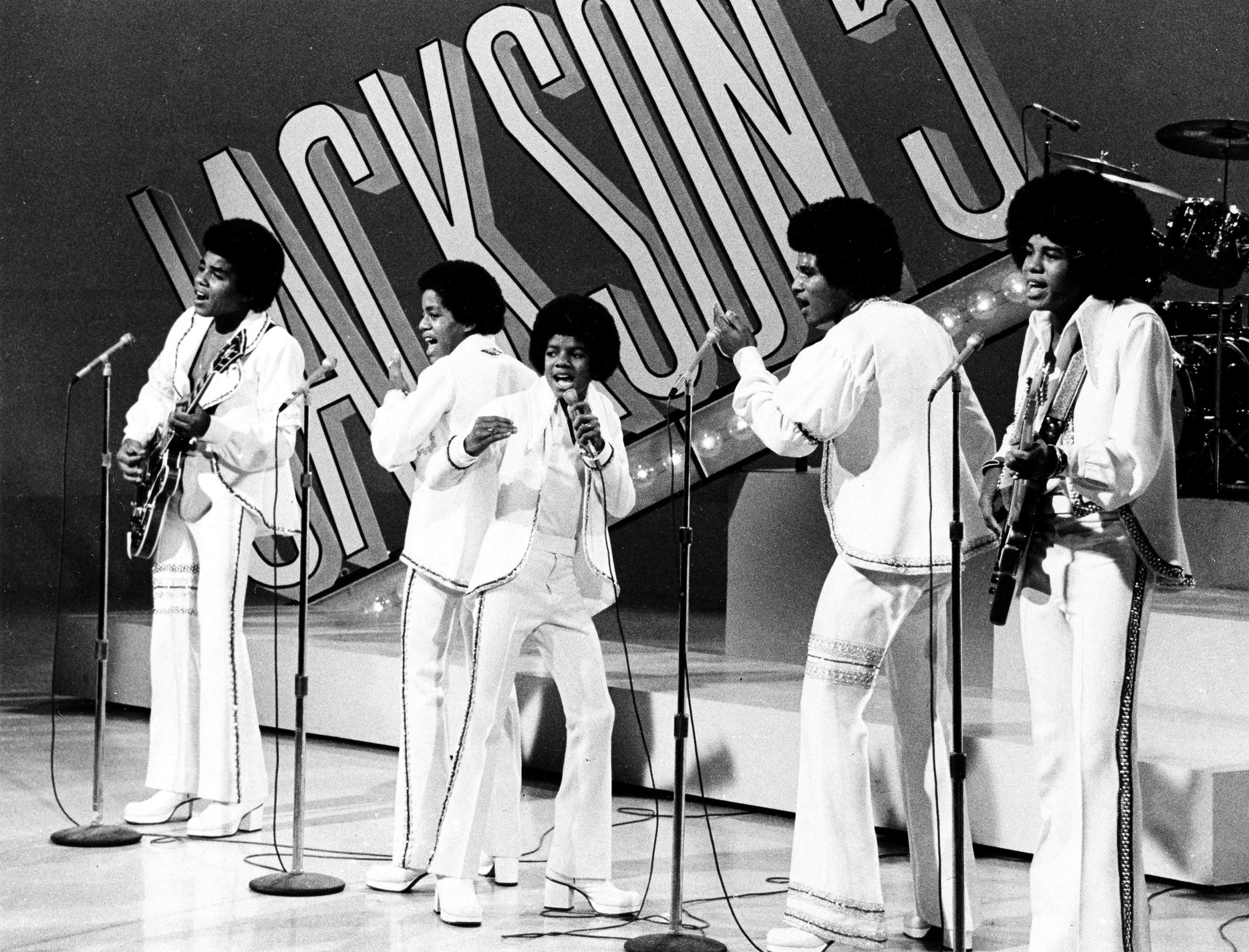 1972年9月15日,麥可傑克森(中,Michael Jackson)與兄弟組成的「傑克森五人組 (Jackson 5)」於洛杉磯表演。美聯社