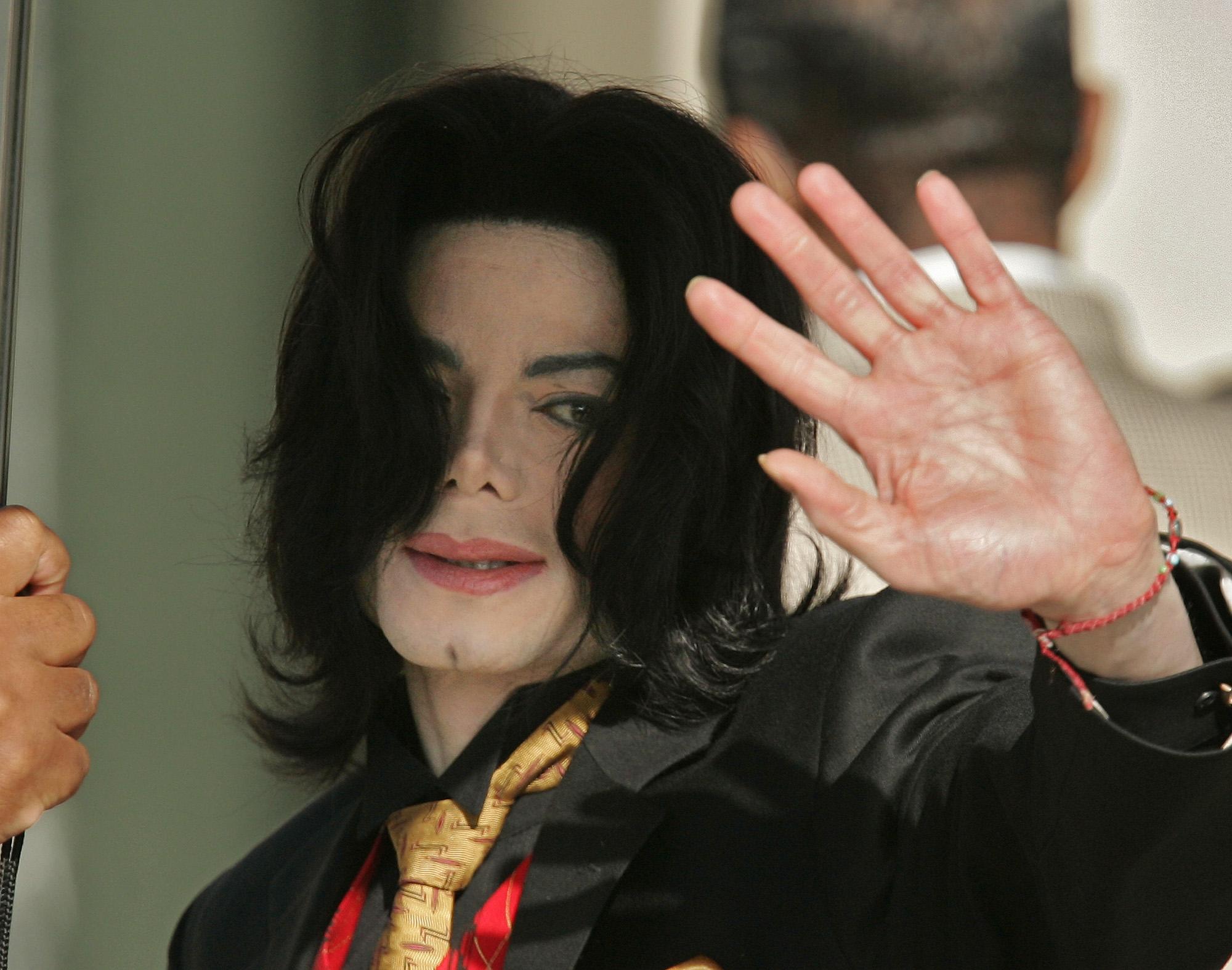 2005年5月23日,麥可傑克森於聖塔芭芭拉郡(Santa Barbara County)法院出庭,針對其被控性侵男童案件進行辯護程序。美聯社