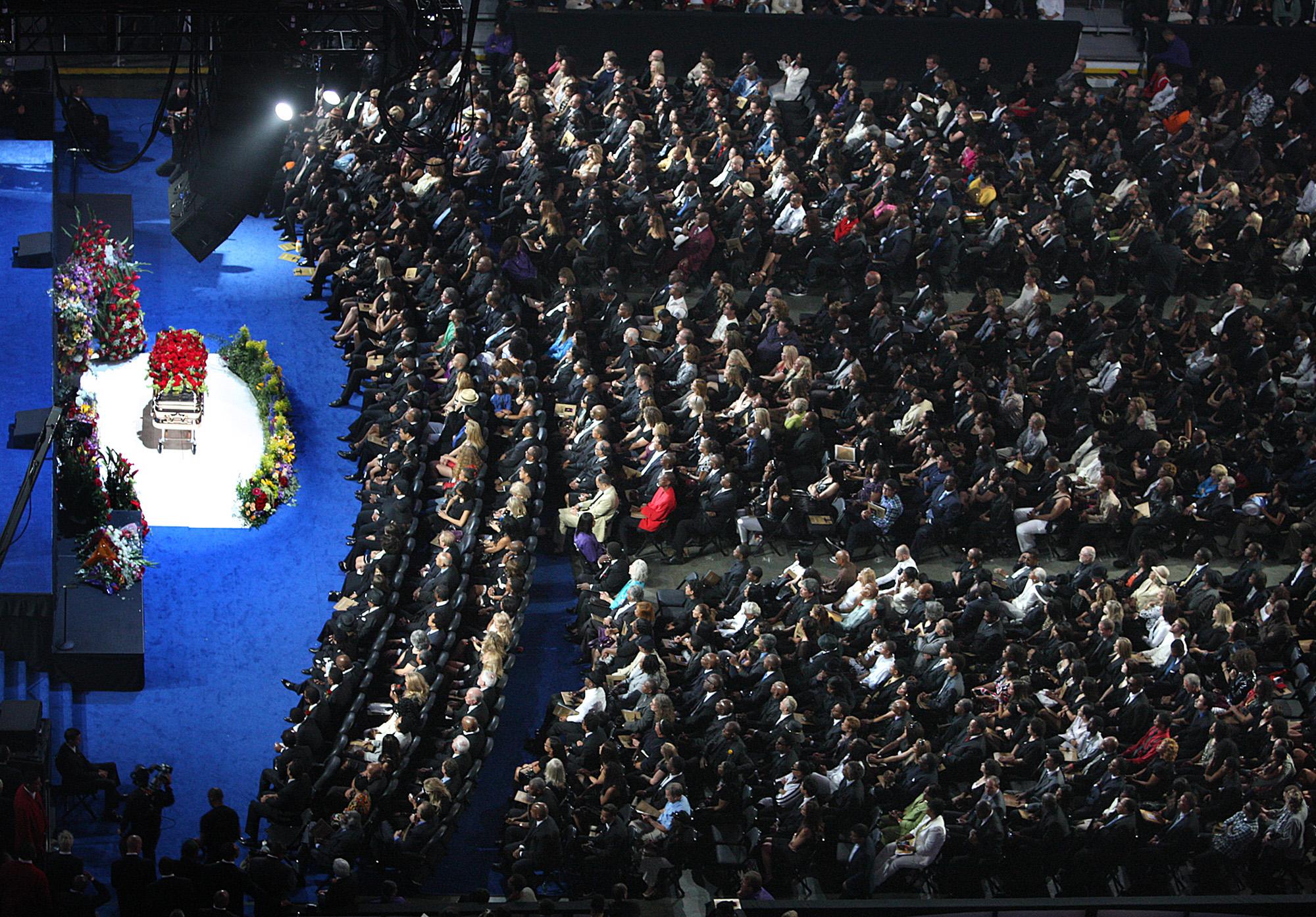 2009年7月7日,數萬名粉絲齊聚洛杉磯的Staples Center,為不幸猝逝的麥可傑克森送上最後一程。美聯社