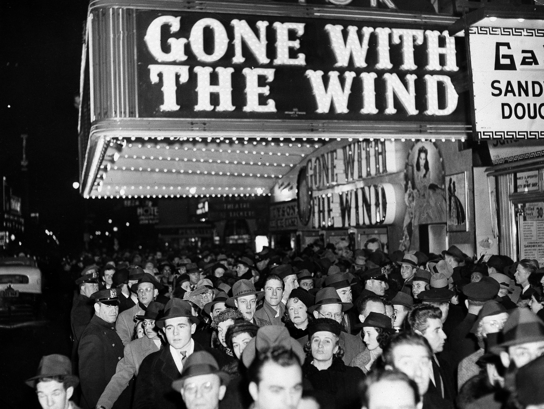 1939年12月19日奧斯特戲院(Astor Theater)外擠滿排隊等著看《亂世佳人》的群眾。美聯社