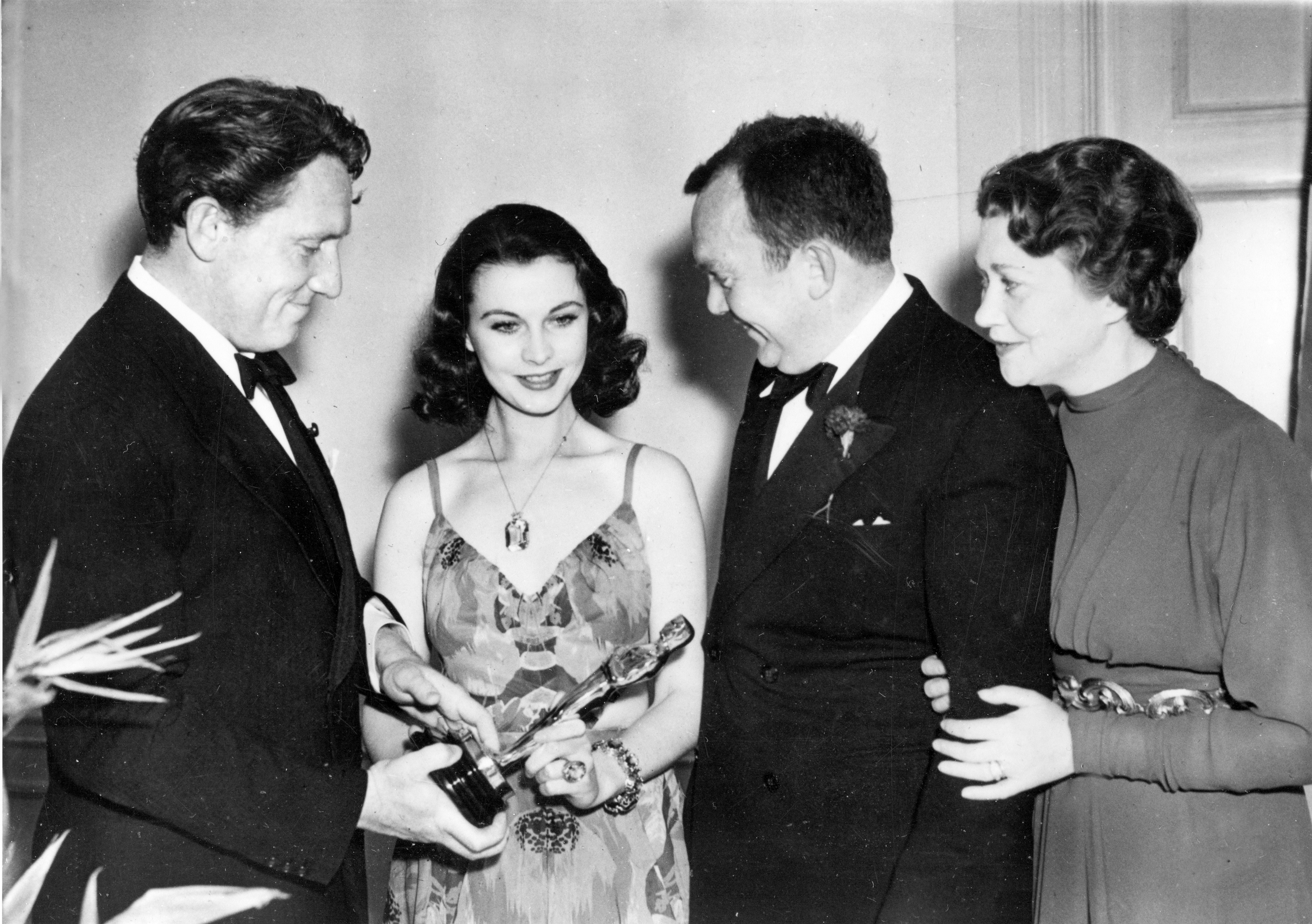 <br /> 1949年2月29日《亂世佳人》抱得奧斯卡多項大獎,包括女主角費雯·麗拿下最佳女主角獎(左2)。