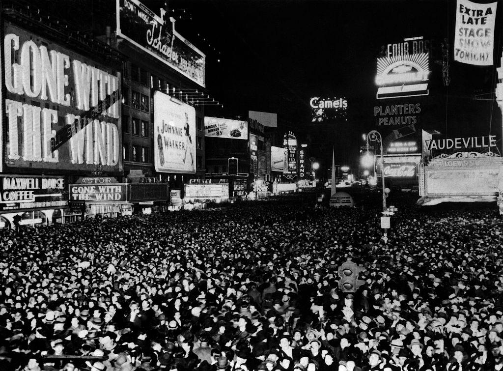 1939年12月31日紐約時報廣場擠滿了跨年的人潮,而旁邊的奧斯特戲院(Astor Theater)當時也正在播映《亂世佳人》。(Getty Images)