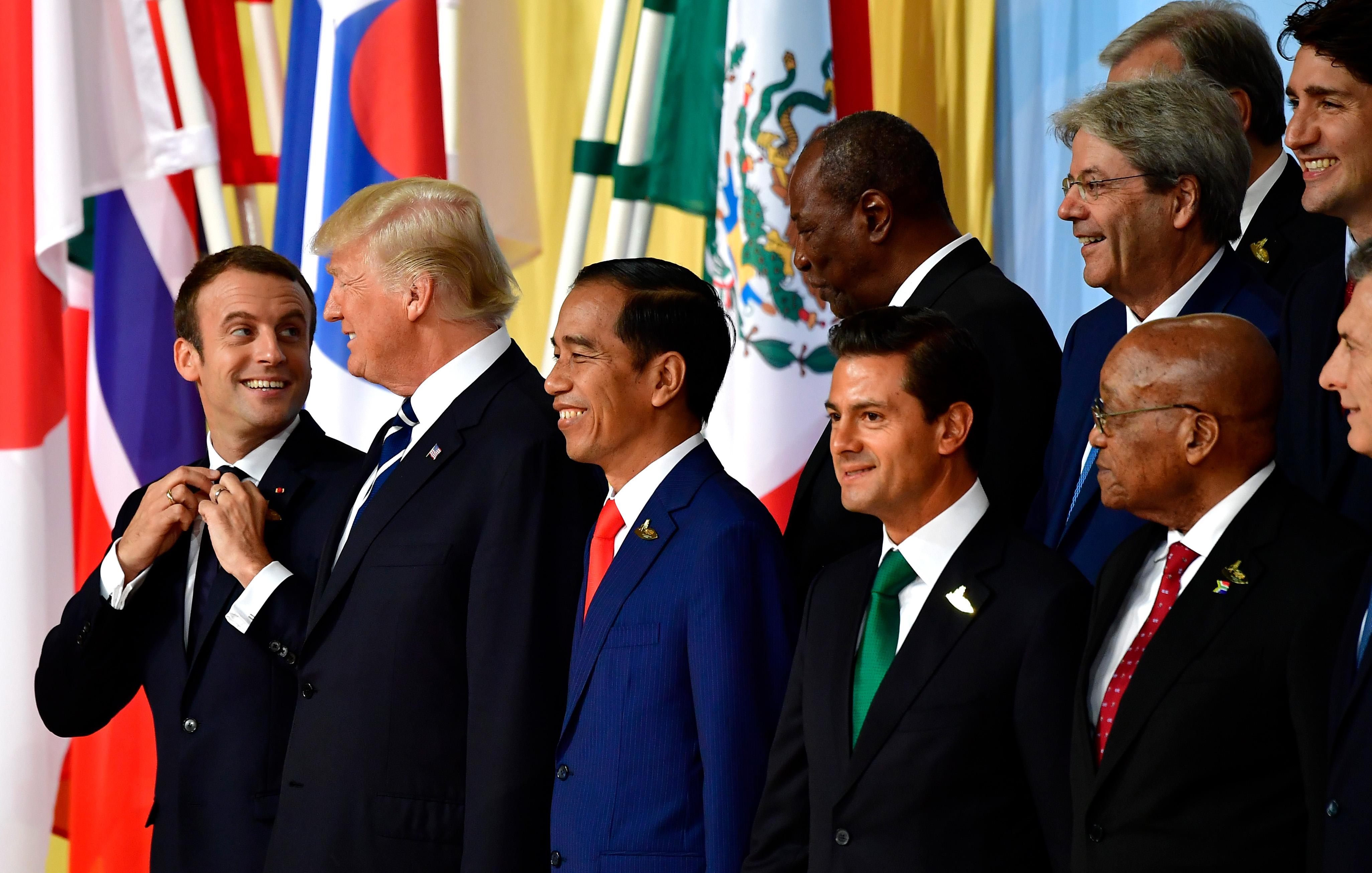 20國領袖合影時,法國總統馬克宏是G20的菜鳥,被安排在前排尾端,川普總統次之。(Getty Images)