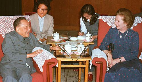 1982年9月24日, 鄧小平在北京人民大會堂會見英國首相柴契爾夫人。(新華社)
