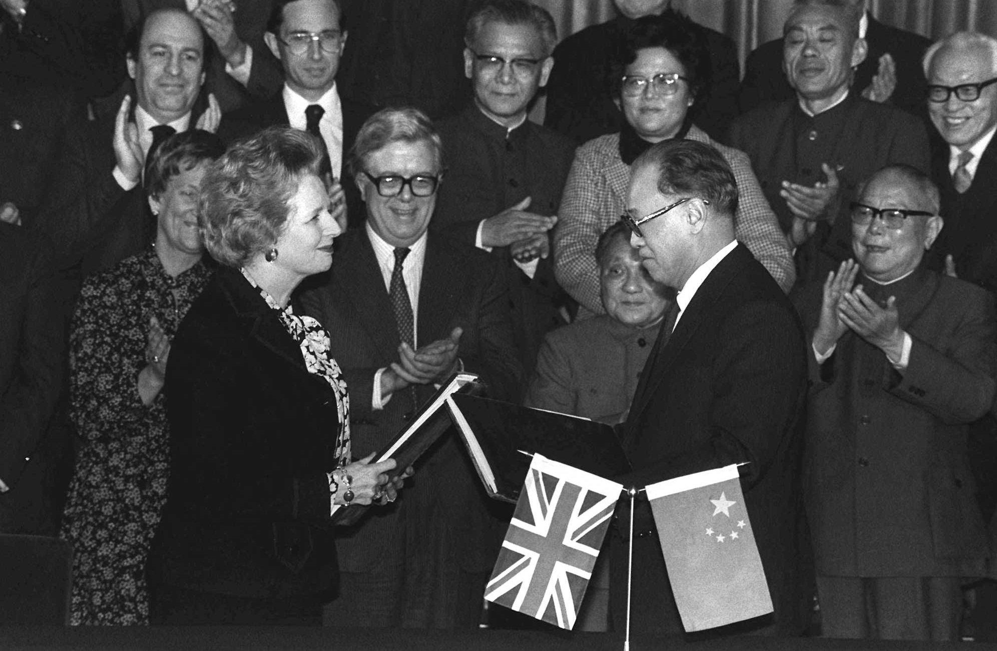 1984年12月19日,中國國務院總理趙紫陽(右)、英國首相柴契爾夫人(左)代表雙方在北京簽署「中英香港問題聯合聲明」。(美聯社)