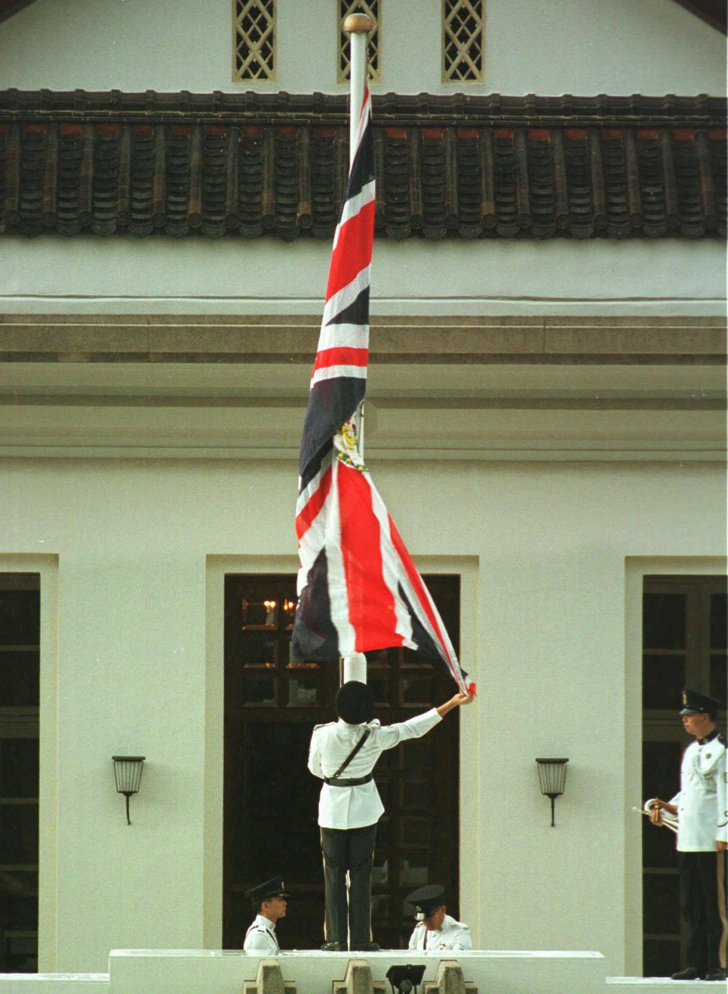 港督府上飄揚超過一個世紀的英國旗幟降下。(美聯社)