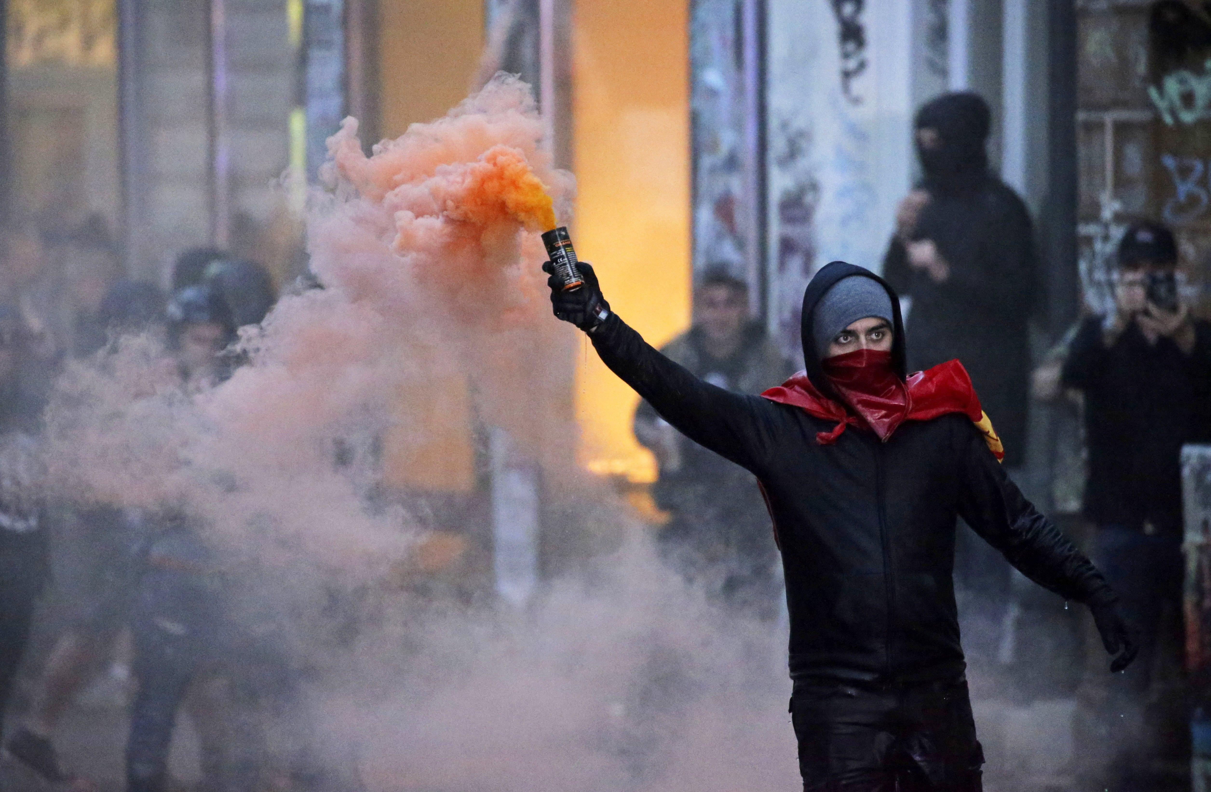 示威抗議者向警察丟擲煙霧彈。(Getty Images)