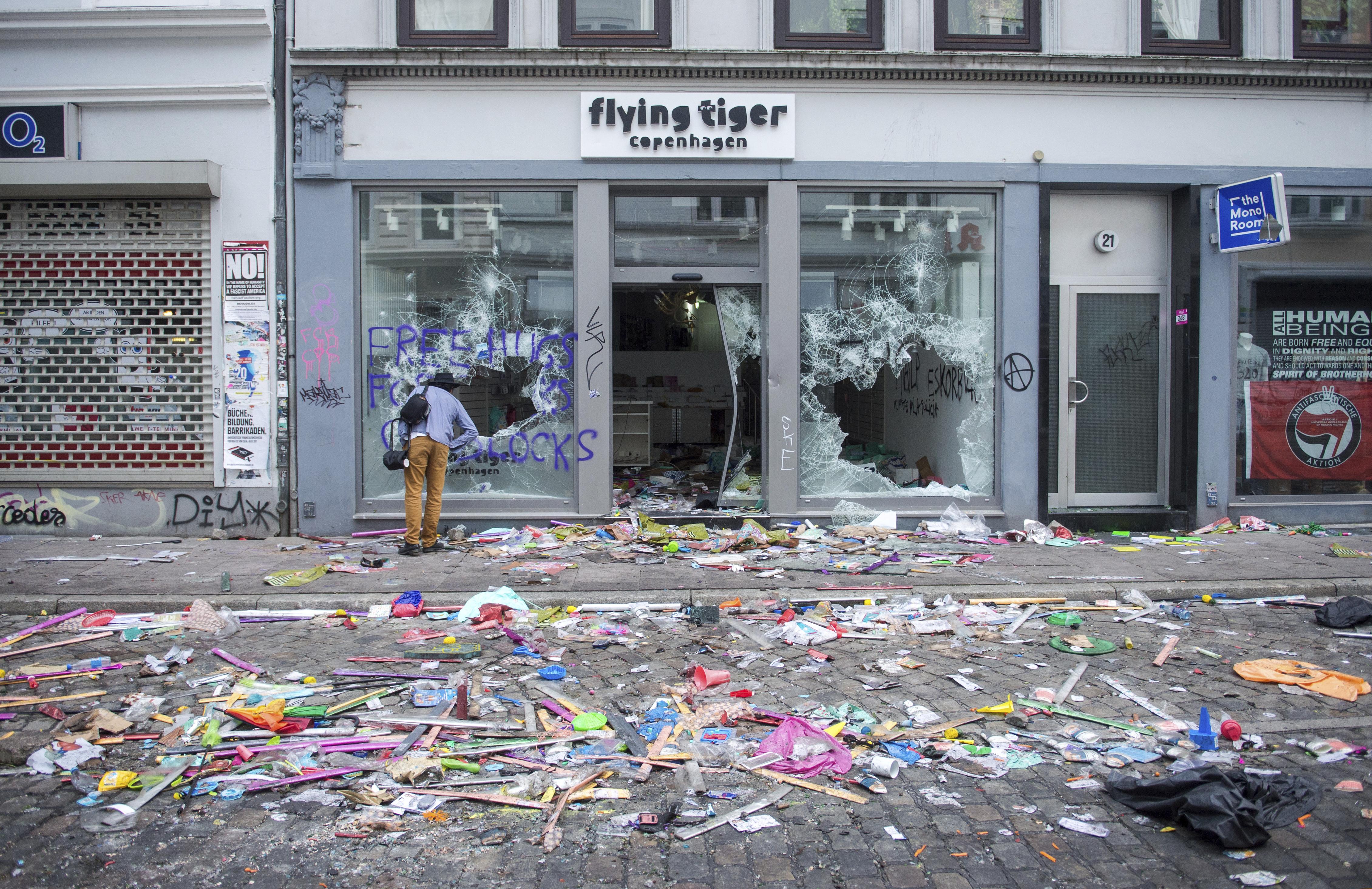 市區商店被暴徒搶奪,一片凌亂。(美聯社)