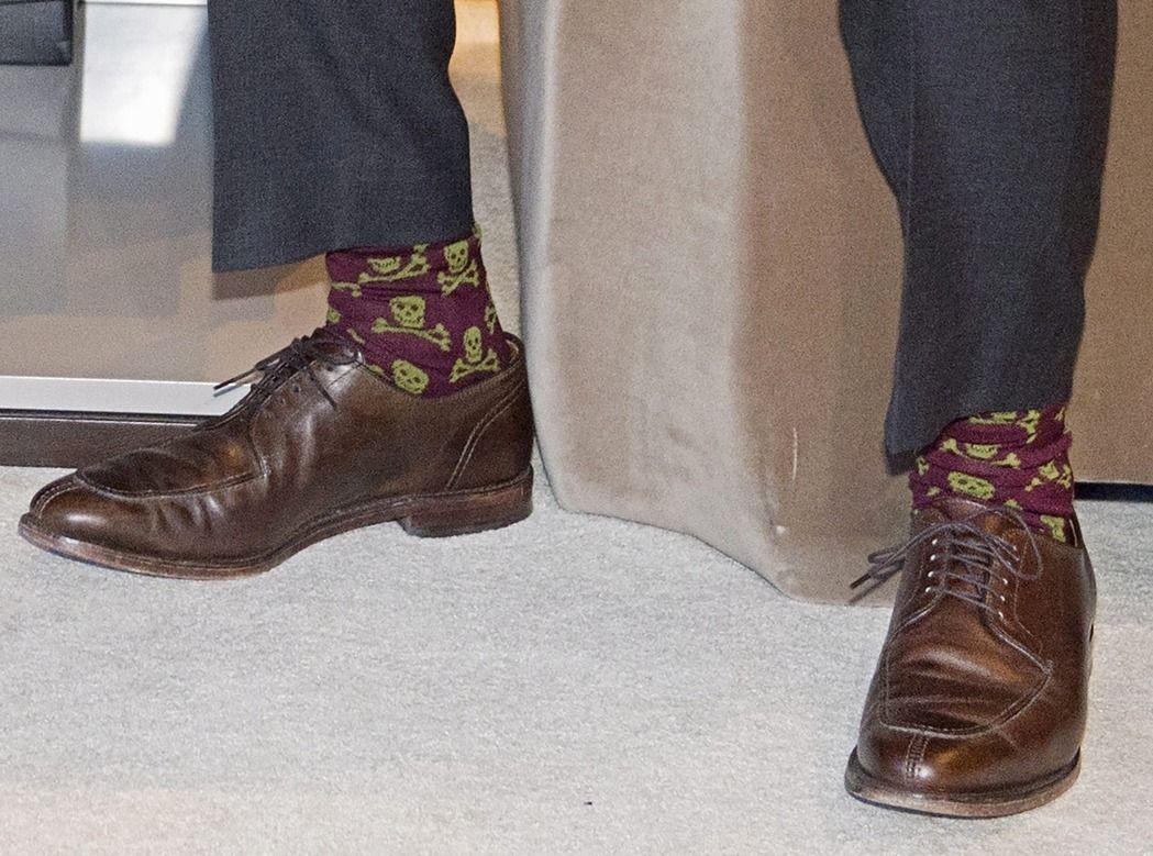 杜魯多去年6月到瑞士參加世界經濟論壇會議,穿了一雙有骷顱圖樣的襪子。美聯社