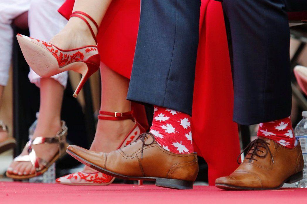 杜魯多曾穿楓葉圖案襪子參加國慶紀念活動。 路透