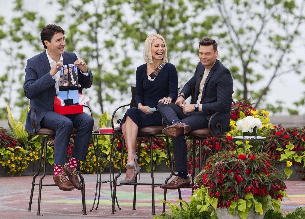 杜魯多(左)6月穿楓葉圖案的襪子參加談話性節目。 美聯社