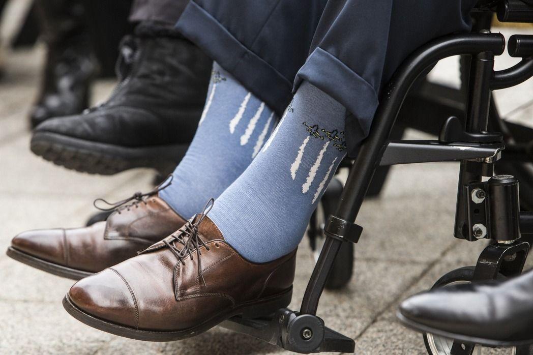 美國前總統老布希喜歡穿五顏六色的主題襪,圖為他去年底參加珍珠港事變紀念活動時穿一雙飛機圖案襪子。美聯社
