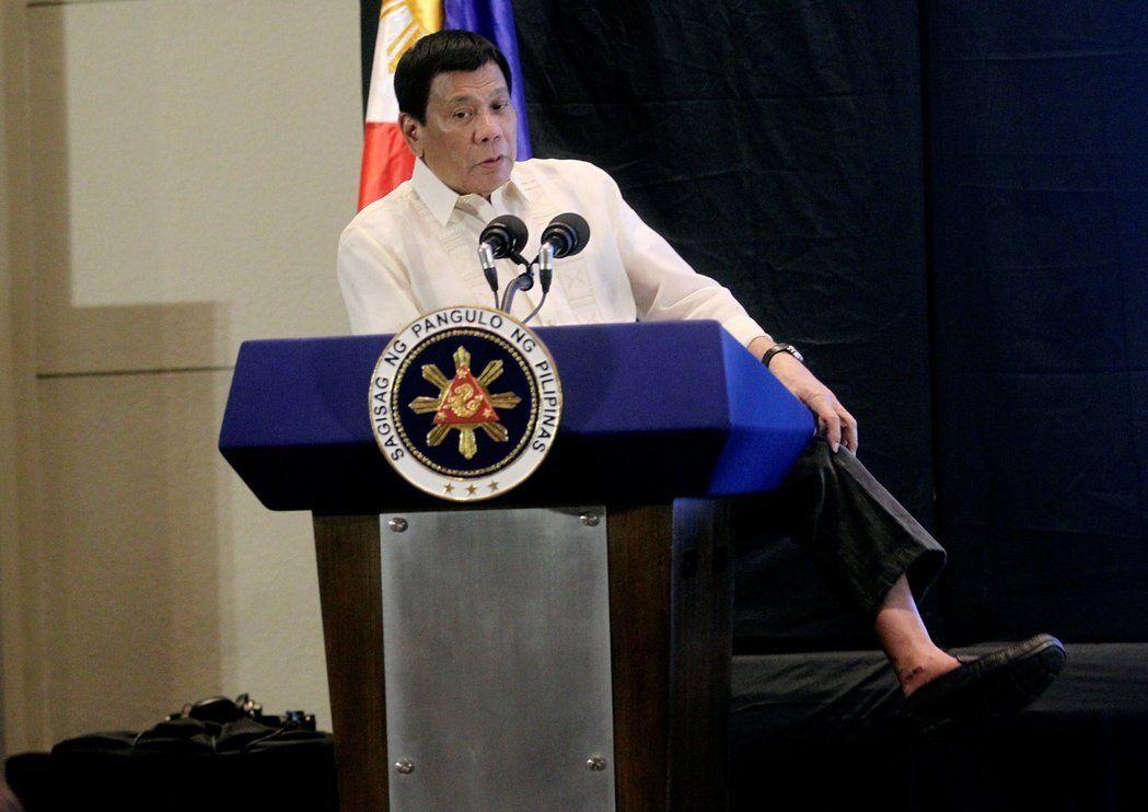 菲律賓總統杜特蒂不穿襪子且都穿便宜鞋,他說他喜歡簡單的生活方式,不愛奢華。路透