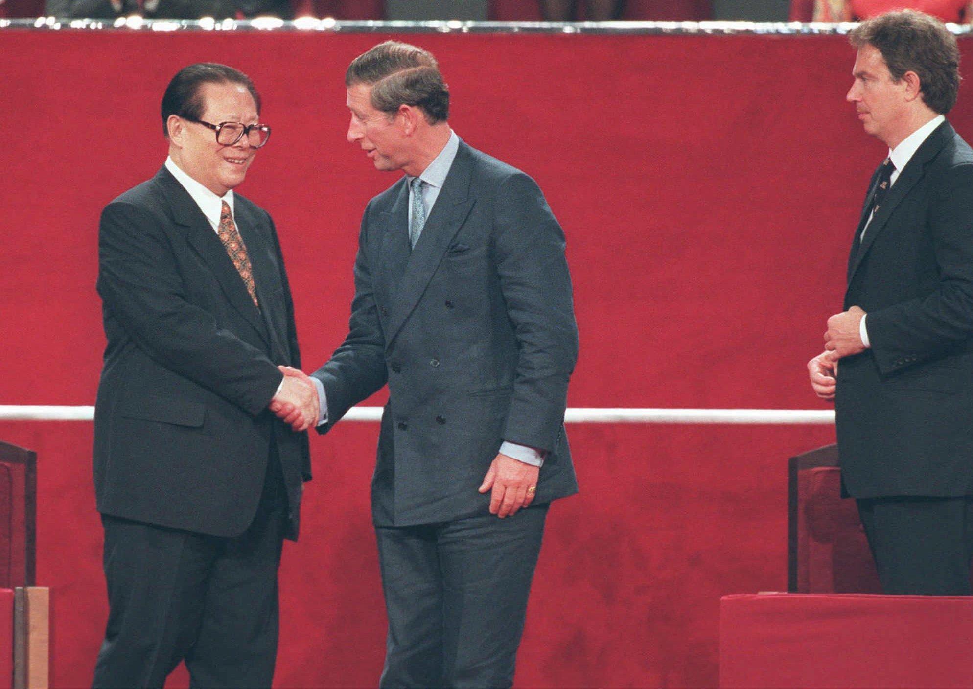 中國國家主席江澤民(左)與英國王儲查理斯(右)出席交接儀式。(美聯社)