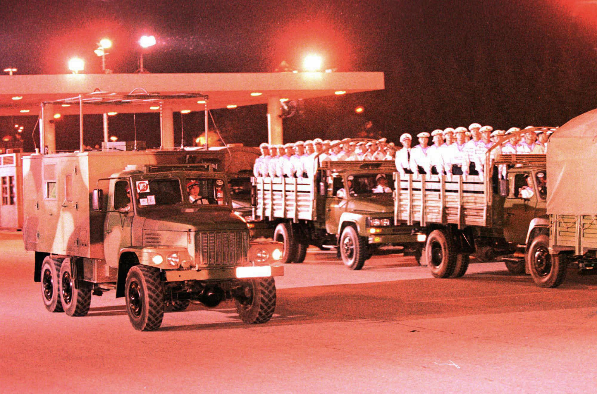 解放軍三軍進駐香港 。(美聯社)