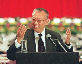 1996年12月11日,香港特別行政區第一屆政府推選委員會經過投票選舉,董建華當選香港特區首任行政長官。(新華社)