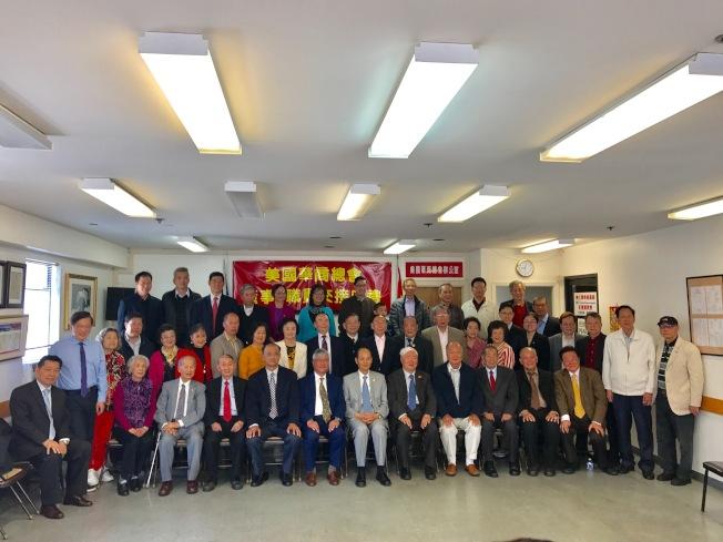 中國駐舊金山總領事羅林泉(前排中)、美國華商總會董事長雷振澤(前排左五)、會長張福明(前排左四),以及全體董事、顧問、職員在交接儀式上合影。(記者黃少華/攝影)