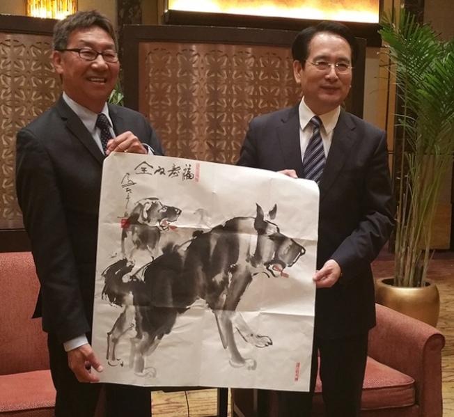 全美台灣同鄉聯誼會總會長王維(左),月前帶團與國僑辦副主任譚天星(右)會面。(由許淑麗提供)