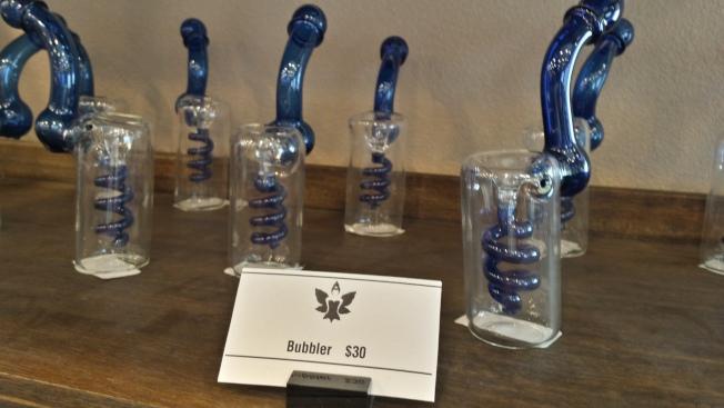 一種抽大麻的工具(Bong),玻璃瓶內可加水。