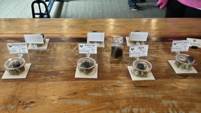 不同口味的大麻菸草,中間那罐是中和嗅覺用的咖啡豆。