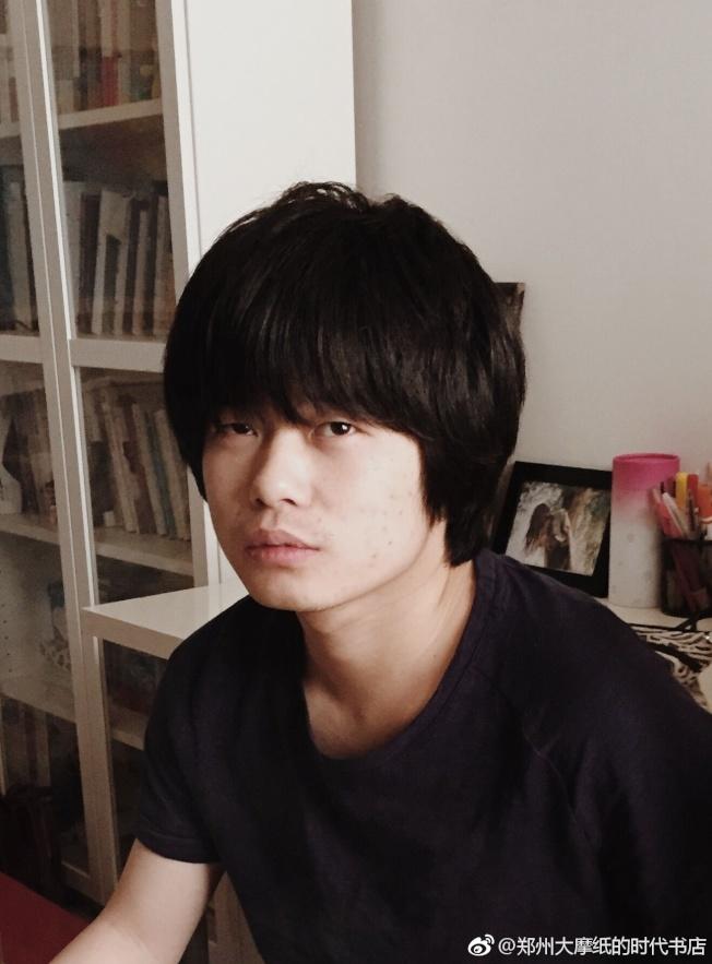 16歲鄭在歡開始寫第一部自傳體小說。(取材自微博)