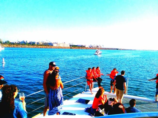 乘遊艇看風光。