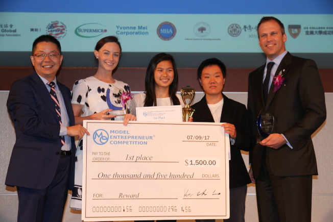 第一屆高中生模擬創業競賽圓滿結束,由「MED8」團隊獲得首獎。左起:世報社長駱焜祺、評審溫德斯、MED8團隊成員賀孟珍(Katherine Ho)、丁瑞玲(Grace Ding)、評審安德森。(記者李榮/攝影)