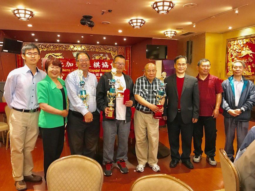 趙建華(左四)、司徒子文(左三)和吳福環(右三)分別獲得冠、亞、季軍。(記者黃少華/攝影)