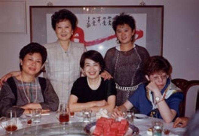 蔣友梅(右一)是蔣經國最鍾愛的孫女,前中為作者鄭佩芬。(時報出版提供)