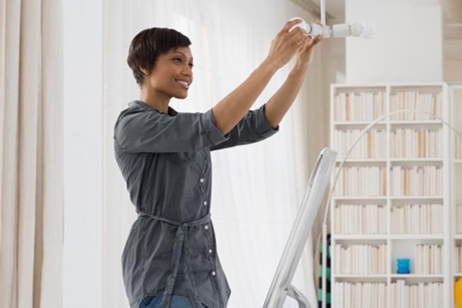 在夏季換上低瓦數冷光燈泡,能使家裡感覺較涼爽。(Getty Images)