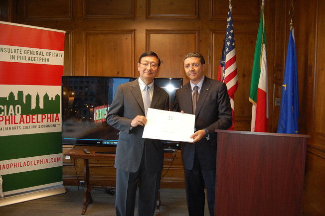 費城天普大學副校長戴海龍(左),12日榮獲義大利政府頒發勳章,肯尼派歐代表頒發佩戴勳章證書。(記者劉麟/攝影)