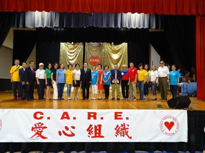 愛心組織會長徐小玲(左11)表示,藉國慶日以愛心回饋社區,連結不同族裔社區並建立理解、互惠的文化。她感謝所有願意向弱勢學生、家庭伸出援手的愛心人士,包含以個人名義捐出兩幅畫作及2000元現金的「鑽石捐贈者」休士頓慈善家蕭紀書。