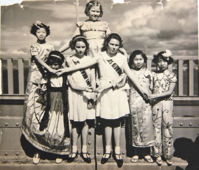 攝於1937年金門大橋竣工後開放之時,可見當時有身穿旗袍的中國女童和白人女童一起出席開幕的慶祝儀式。(記者李日含/攝影)