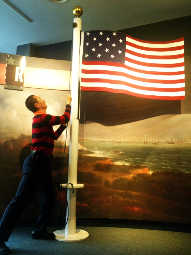 巴爾地摩市中心,在紀念瑪麗·皮克斯吉爾製作國旗的小博物館,遊客「升起」國旗。。